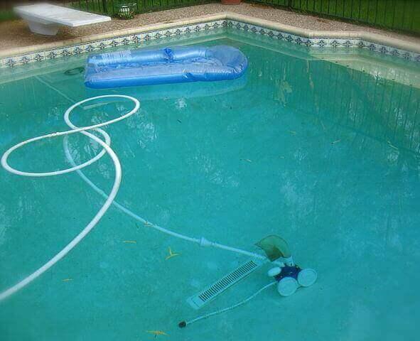 Laissez faire le robot piscine tout seul.