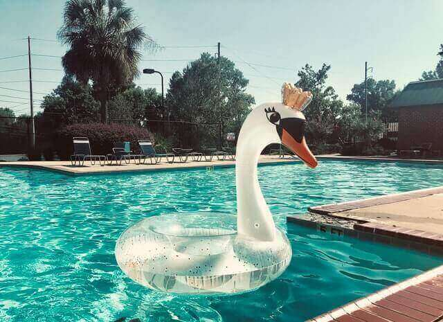 Quelles sont les solutions pour nettoyer une piscine ?