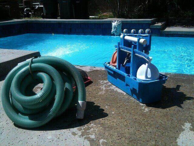 Que faut-il faire pour nettoyer une piscine ?
